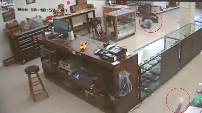 Tên cướp bị nhân viên cửa hàng bắt chết ngay tại chỗ, tên còn lại vội vã tháo chạy.