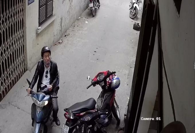 Hình ảnh trích xuất từ camera bên ngoài cửa hàng khi nam thanh niên đến cửa hàng.