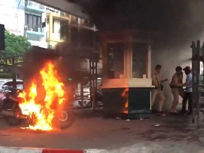 Anh LVQ đốt chiếc xe của mình khi bị CSGT lập biên bản tạm giữ phương tiện. Ảnh: TP