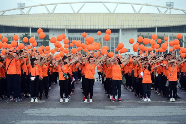 Ngay từ sáng sớm, 3.000 tình nguyện viên là công nhân viên chức, học sinh sinh viên trên địa bàn Thủ đô Hà Nội và các tỉnh lân cận đã tập trung tại quảng trường đối diện sân vận động Mỹ Đình, Hà Nội.