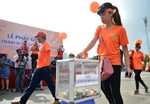 Các tình nguyện viên đóng góp một chút tấm lòng nhỏ của mình cho quỹ hỗ trợ nạn nhân da cam.