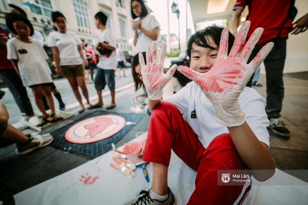 Đôi bàn tay nhuộm màu sơn đỏ.
