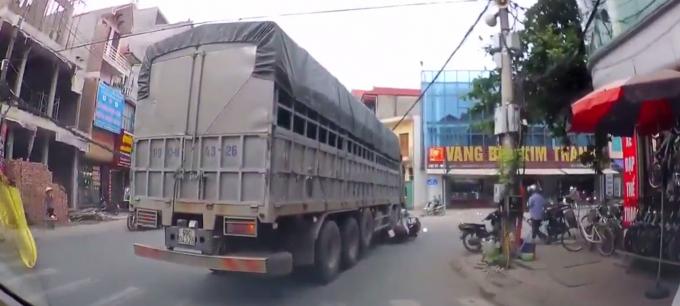 Người phụ nữ mắc kẹt dưới bánh xe tải sau vụ tai nạn.