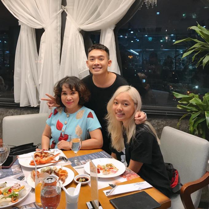 Phở Đặc Biệt bên mẹ và em gái trong ngày sinh nhật đấng sinh thành: