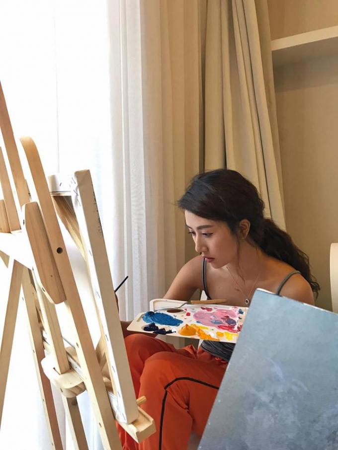 Không chỉ xinh đẹp, Quỳnh Anh Shyn còn rất khéo tay trổ tài vẽ tranh.