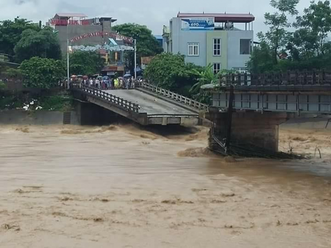 Cầu Thia đổ sập.(Ảnh: Tùng Duy - Báo Tiền Phong)