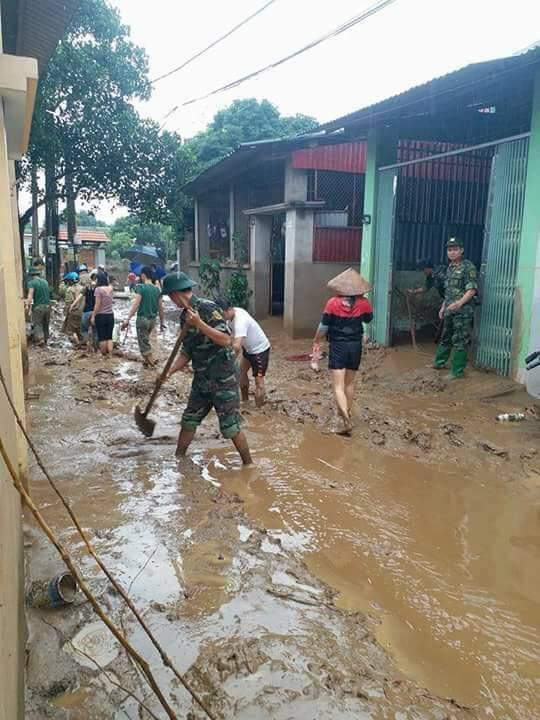 Lượng lớn bùn đất được lực lượng Bộ đội thu dọn.(Ảnh: Tùng Duy - Báo Tiền Phong)