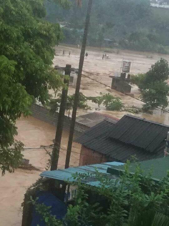 Hàng loạt những ngôi nhà bị chìm trong dòng nước lũ.(Ảnh: Tùng Duy - Báo Tiền Phong)