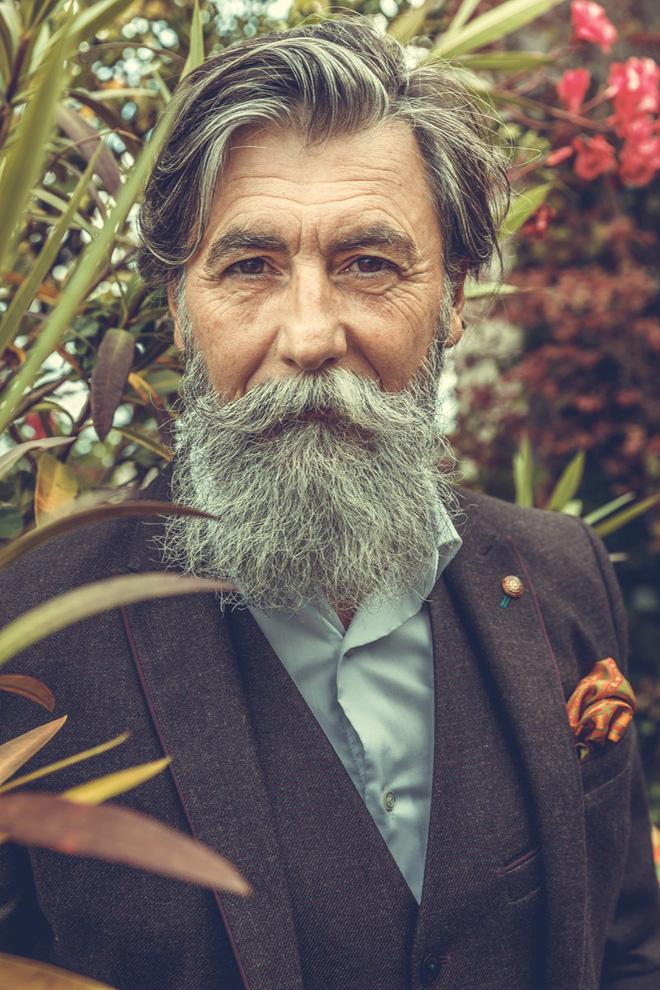 Ông Dumas đã gửi thử vài tấm hình của mình lên Reddit để xem mình có hợp làm người mẫu.