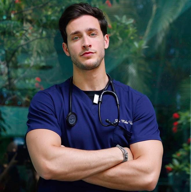 Mike có gương mặt và thân hình phù hợp với công việc người mẫu hơn là bác sĩ.