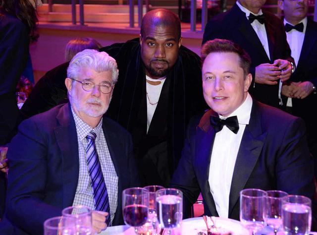 Elon Musk thường xuyên qua lại với giới sao Hollywood. Anh quen biết nhiều nghệ sĩ nổi tiếng thông qua các buổi tiệc tùng. Trong ảnh, Elon xuất hiện bên đạo diễn George Lucas (ngoài cùng bên trái) và rapper Kanye West (giữa).