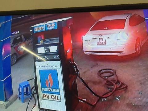 Xe ô tô đổ xăng quỵt rồi bỏ chạy.