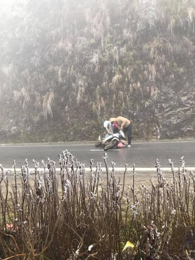 Chiếc xe máy bị ngã do đường trơn trượt