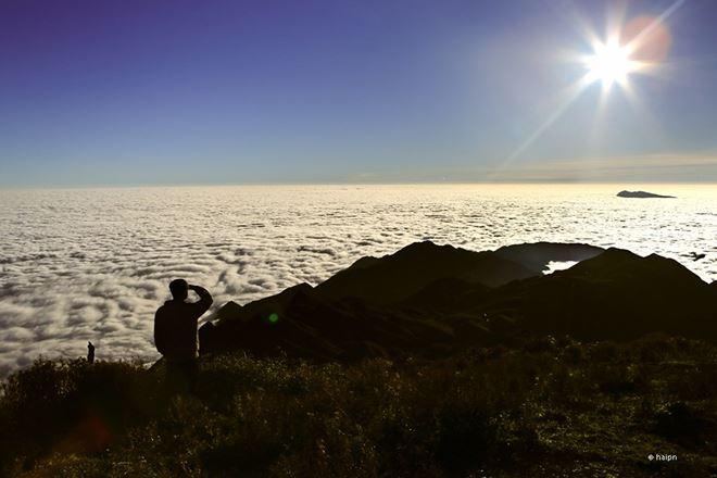 Bình minh hùng vĩ trên ngọn núi cao 2979m.