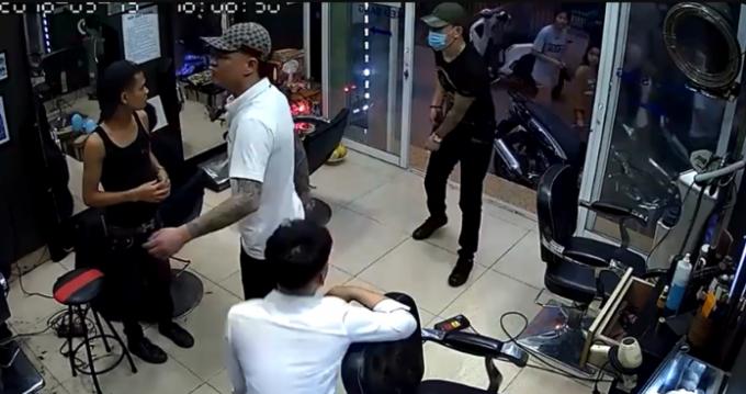 Thanh niên áo đen, đeo khẩu trang rút súng bắn vào chủ quán cắt tóc.