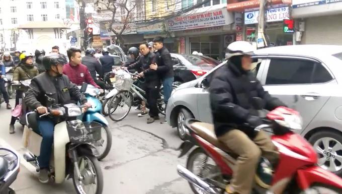 Hà Nội: Người đàn ông đi xe đạp bỗng dưng chặn đầu hàng loạt xe ô tô gây ùn tắc nghiêm trọng