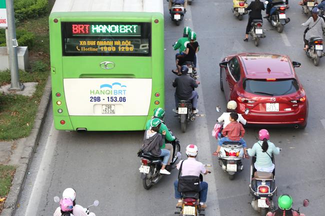 Đặc biệt vào giờ cao điểm, các tài xế GrabBike không ngần ngại lấn sanglàn xe BRT.