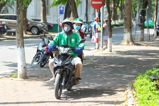 Để đáp ứng yêu cầu của khách hàng, nhiều tài xế còn sẵn sàng phóng xe lên vỉa hè, gây nguy hiểm cho người đi bộ.