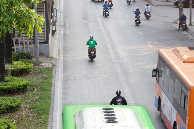 Ngoài ra, nhiều tài xế GrabBike còn có thói quen đi vào làn xe buýt nhanh BRT.
