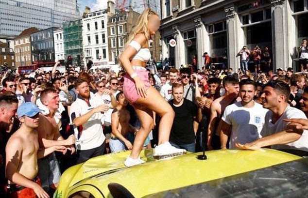 Hình ảnh những fan quá khích nhảy múa trên mui một chiếc xe cứu thương, khiến mui xe rúm ró, kính xe rạn nứt, đã gặp phải sự chỉ trích dữ dội từ dư luận.