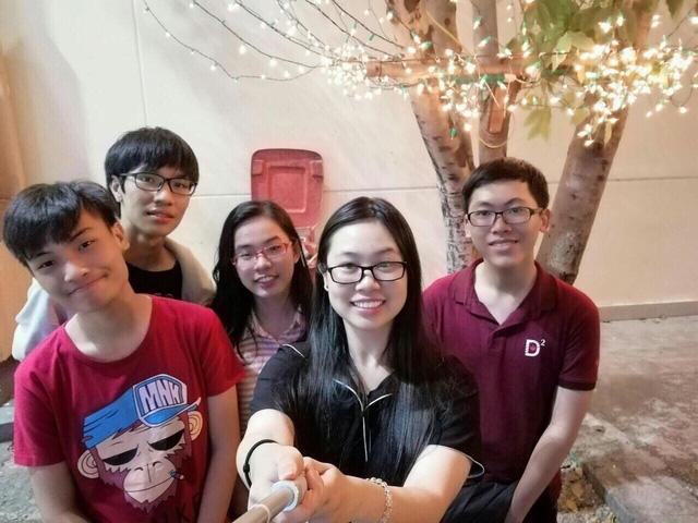 Nguyễn Trần Công Đạt (ngoài cùng bên phải) cho biết em rất ít chụp ảnh. Đây là một trong những tấm hiếm hoi Đạt chụp cùng bạn bè. (Ảnh: NVCC)