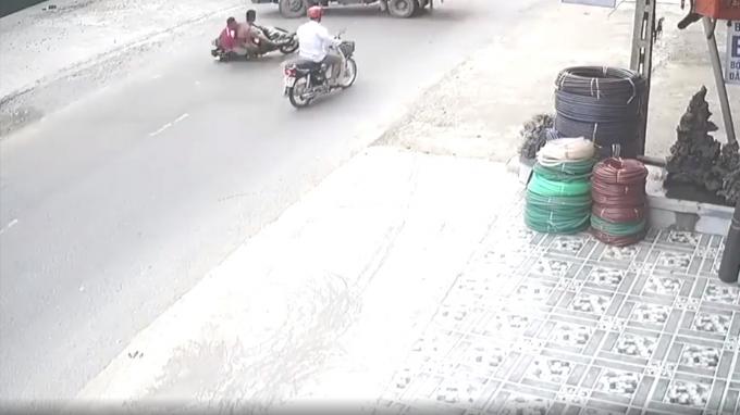 Không làm chủ được tốc độ, xe máy loạng choạng lao vào gầm xe tải.