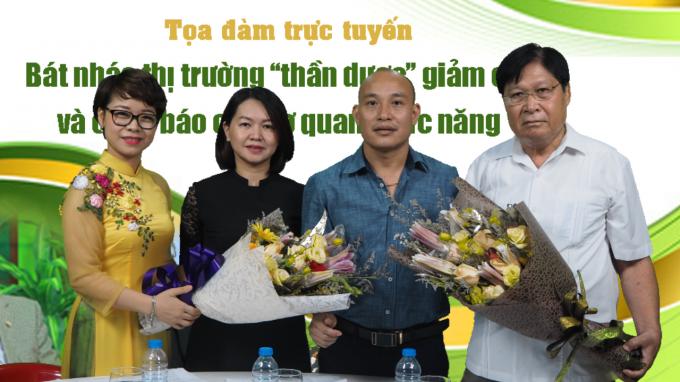 Đại diện lãnh đạo tòa soạn, nhà báo Phạm Quốc Cường - Tổng TKTS Phapluatplus.vn đã phát biểu và tặng hoa khách mời giao lưu trực tuyến tọa đàm: