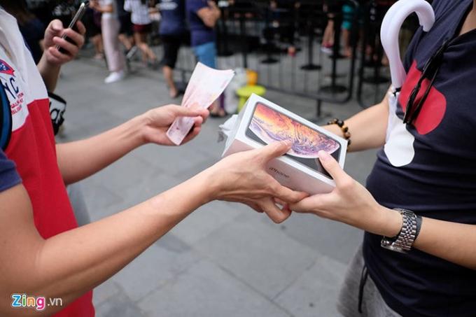 Nhiều người Việt đã có trên tay hai mẫu điện thoại mới nhất của Apple là iPhone XS và iPhone XS Max được hỏi mua lại ngay sau khi ra khỏi store ở Singapore. (Ảnh: Zing).