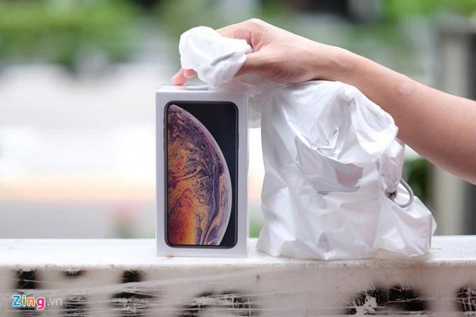 Một số thương lái thậm chí trong ngày 21/9 đã bán lại iPhone để thu hồi vốn để sau đó nhập hàng Hong Kong (Trung Quốc). (Ảnh: Zing).