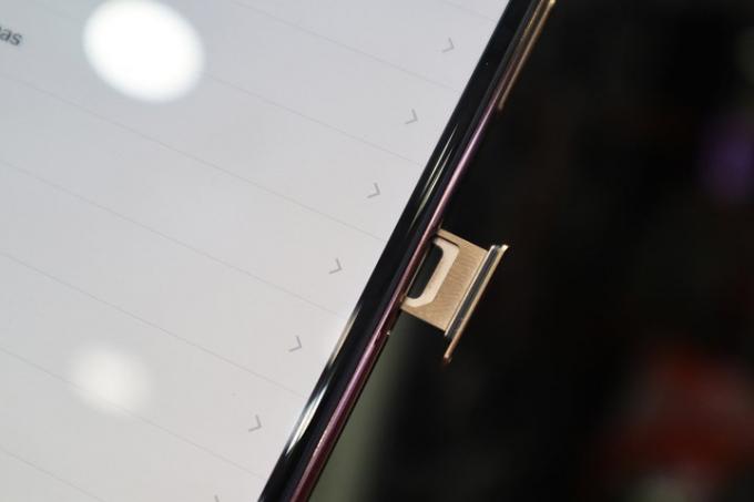 Đáng chú ý, đa số cửa hàng đều tập trung vào sản phẩm XS Max trong khi model XS hiếm khi được nhắc đến. Phiên bản có mặt tại Việt Nam hiện vẫn là loại 1 SIM vật lý, 1 e-SIM. (Ảnh: VnExpress).