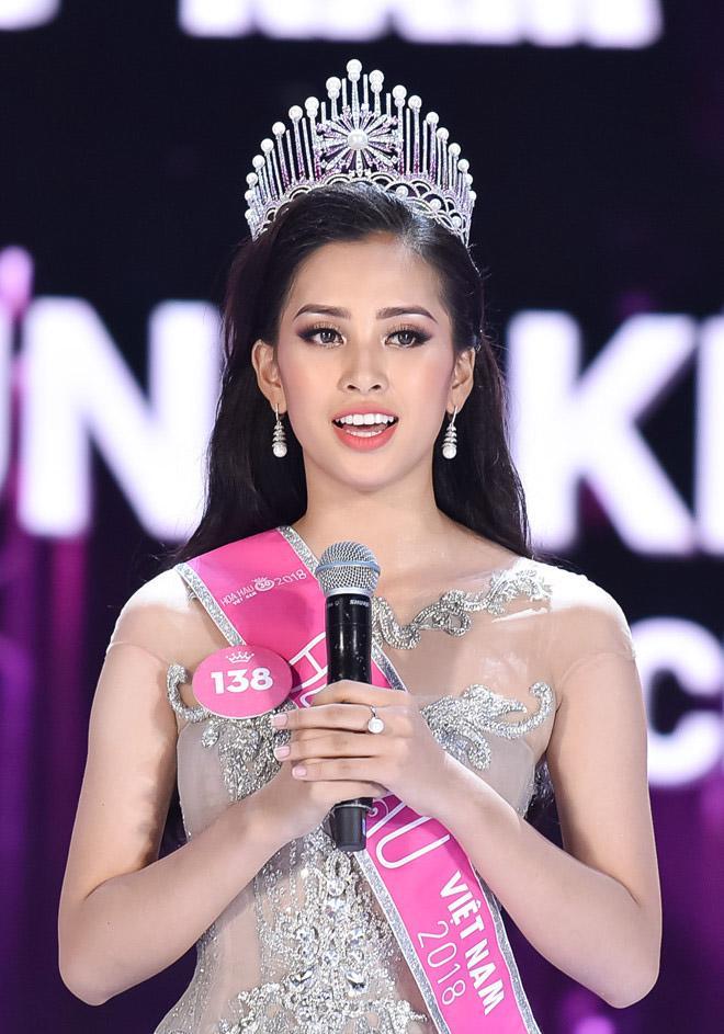 Hoa hậu Trần Tiểu Vy không được đánh giá cao ở phần thi ứng xử và trong buổi họp báo sau đăng quang, cô trả lời khá run rẩy.
