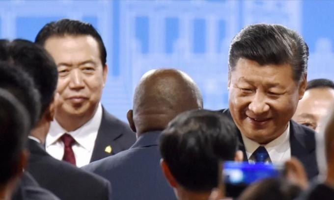 Ông Mạnh Hoành Vĩ (trái) và Chủ tịch Tập Cận Bình tại phiên họp toàn thể của Interpol ở Bắc Kinh năm 2017 (Ảnh: Kyodo)