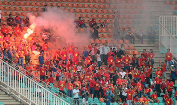 Hình ảnh các CĐV Việt Nam đốt pháo sáng trên khán đài, vi phạm quy định của AFC. Ảnh: VFF