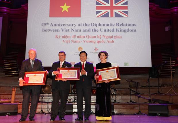 Phó Thủ tướng, Bộ trưởng Bộ Ngoại giao Phạm Bình Minh trao Huy chương Hữu nghị tặng bà Katrin Kandel, Giám đốc điều hành Facing the World.