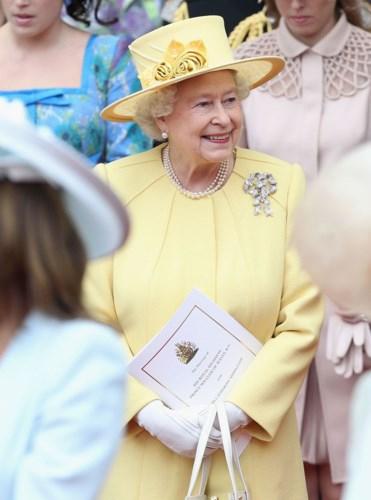 Nữ hoàng luôn là tâm điểm khi diện những trang phục với màu sắc rực rỡ, nổi bật như một cách khéo léo để công chúng có thể nhận ra bà từ xa. Trong đám cưới của Hoàng tử Williams, bà diện chiếc áo khoác vàng sáng và đội mũ cùng màu.