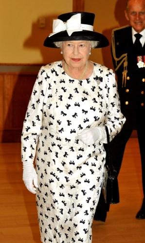 Bà không bao giờ quên những chiếc mũ với thiết kế cầu kỳ, chuỗi ngọc trai nhiều tầng khi diện cùng bộ váy trang nhã, lịch sự trong chuyến công du đến Canada vào năm 2010.