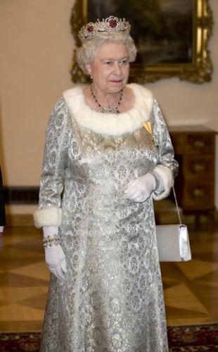 Những bộ đầm của Nữ hoàng thường rất chú trọng vào họa tiết, đường may, nếp gấp. Chiếc vương miện giúp bà trở nên quyền lực và sang trọng trong sự kiện năm 2008.