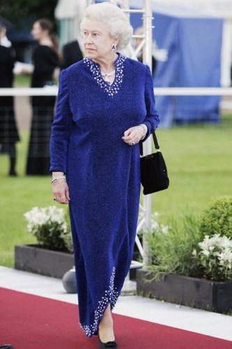 Năm 2006, Nữ hoàng diện đầm nhung quý phái cùng trang sức đắt giá tô điểm thêm cho bộ trang phục.