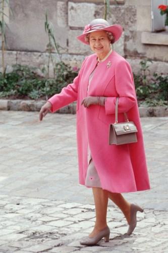 Những bộ cánh đồng bộ của Nữ hoàng luôn được đi kèm trang sức ngọc trai cùng găng taytôn vẻ sang trọng, quý phái của Hoàng gia.
