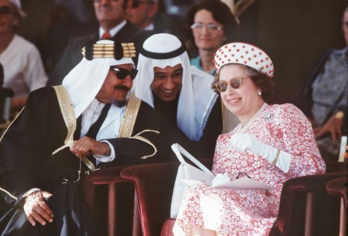 Mũ là một trong những phụ kiện không thể thiếu của Nữ hoàng mỗi khi ra ngoài và nguyên tắc thời trang của Hoàng gia Anh là phải luôn cùng tông với trang phục.