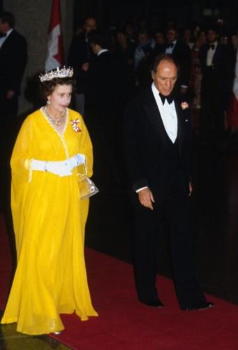 Là người đứng đầu Hoàng gia nên Nữ hoàng Elizabeth đều thể hiện phong thái của một quý tộc trong những bộ cánh toát lên vẻ thanh lịch, sang trọng, đặc biệt đầm dạ hội luôn được may đo cầu kì, công phu.