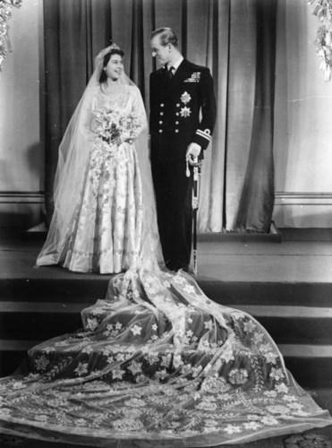 Một trong những bộ trang phục của Nữ hoàng Elizabeth II đã trở thành biểu tượngtrong lịch sử thời tranglà thiết kế váy cưới của bà khi kết hôn với Philip Mountbatten vào tháng 11/1947. Bộ váy cưới bằng lụa màu kem do Norman Hartnell thiết kế dựa trên cảm hứng từ bức vẽ