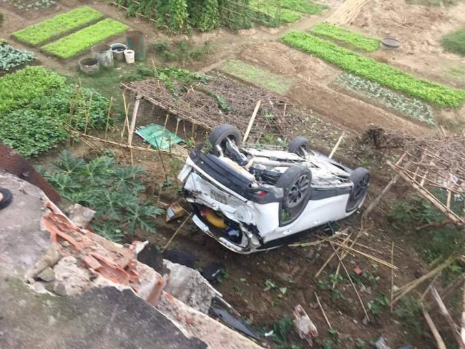 Phần đuôi chiếc xe bị biến đạng sau va chạm.