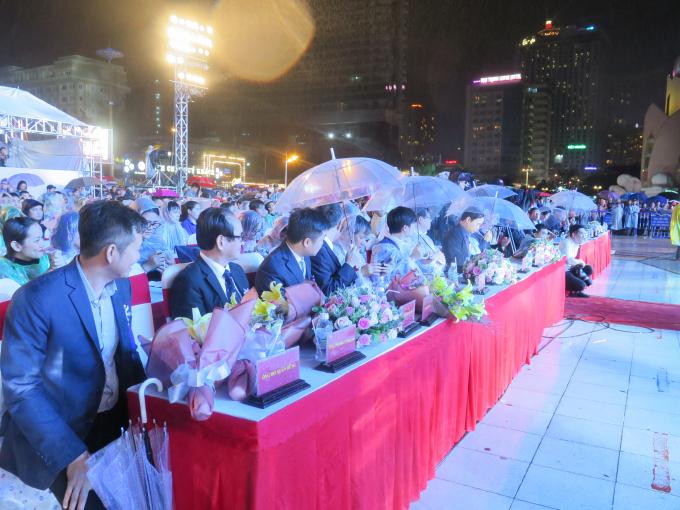 Dù tiết trời Nha Trang có mưa nhưng chương trình vẫn thu hút đông đảo các cấp lãnh đạo, nhân dân và khách du lịch đến tham dự.