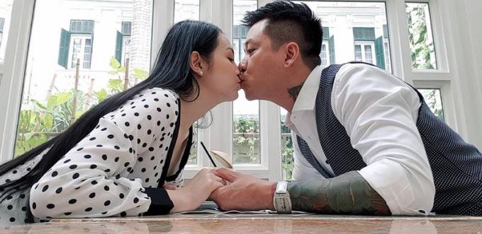 Vợ chồng Tuấn Hưng cùng nhau đi ăn để hâm nóng tình cảm.