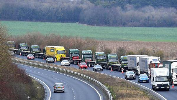 Xe tải chở hàng trên trục lộ nối liền sân bay Manston của Anh với cảng Douvres của Pháp