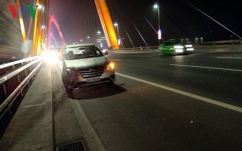 Chiếc xe Inova va chạm với người đi bộ.