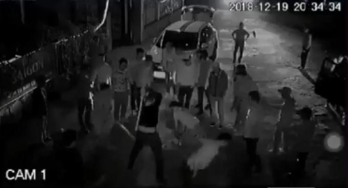 Hình ảnh nhóm đối tượng hành hung dã man anh Hùng. (Ảnh do người dân cung cấp)
