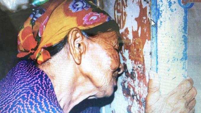 Mẹ Hà Thị Liên áp má vào tấm bia đá khắc tên liệt sĩ Đào Kim Cương bật khóc.