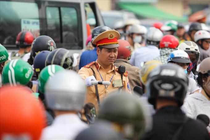 Theo ông Vũ Văn Viện - Giám đốc Sở GTVT Hà Nội, Sở đang nghiên cứu và dự kiến thí điểm cấm xe máy tại các tuyến đường Lê Văn Lương, Nguyễn Trãi - Hà Đông sau khi đưa tuyến đường sắt 2A (Cát Linh - Hà Đông) đi vào hoạt động.